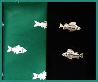 Sada vreckovka + manžetové gombíky RYBA - 100% bavlnená pánská vreckovka tematicky zladená s manžetovými gombíkmi. Tovar máme na sklade - pripravené k okamžitému odoslaniu!